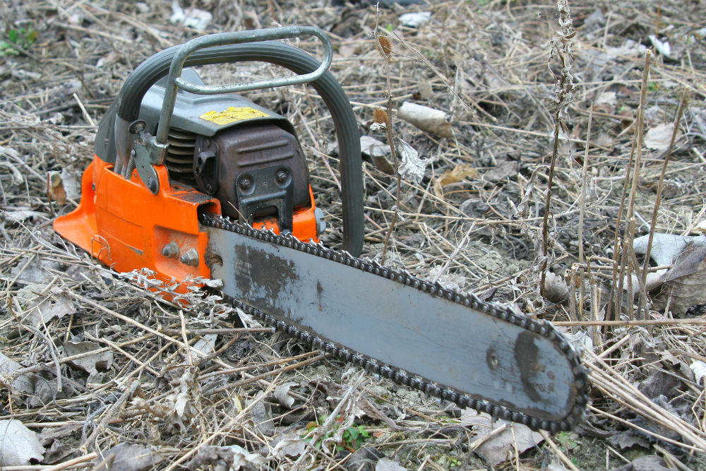 How to remove chainsaw clutch without tool